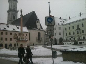 Der Freisinger Marienplatz, an dem man zwar Schilder aber keine Parkbänke aufstellen kann