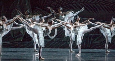 2. Akt, 4. Bild, Im Reich der Schatten: Es hat so wunderschön ausgesehen, wie die Tänzerinnen mit den immer selben Bewegungen die Rampe runtergeschwebt sind. via bayerische staatsoper